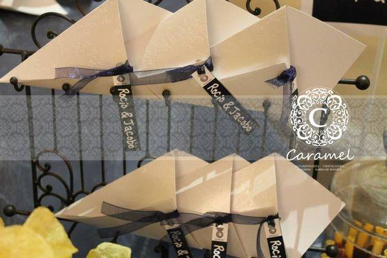 Cucuruchos de papel para los dulces.