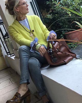 Casual in Limette und Hellblau mit einem Hauch Cognac. Heute geht's zum Friseur, ich freue mich schon. Today casual on the way to the hairdresser, Happy thursday☀️ . . . @cashmerecardigan #streetstyle#streetszyle #fashionover50 #fashionover40 #fashionistastyle #fashionistagram #bestagermodel #bestagermodel50plus #stylingblog #stylingtips #stylinghair #blondehairstyles #stylingadvisor #fashioninspo #ootdfashion #ootdfashion #fashionideas #schokoladenjahre #byme #stylebyme