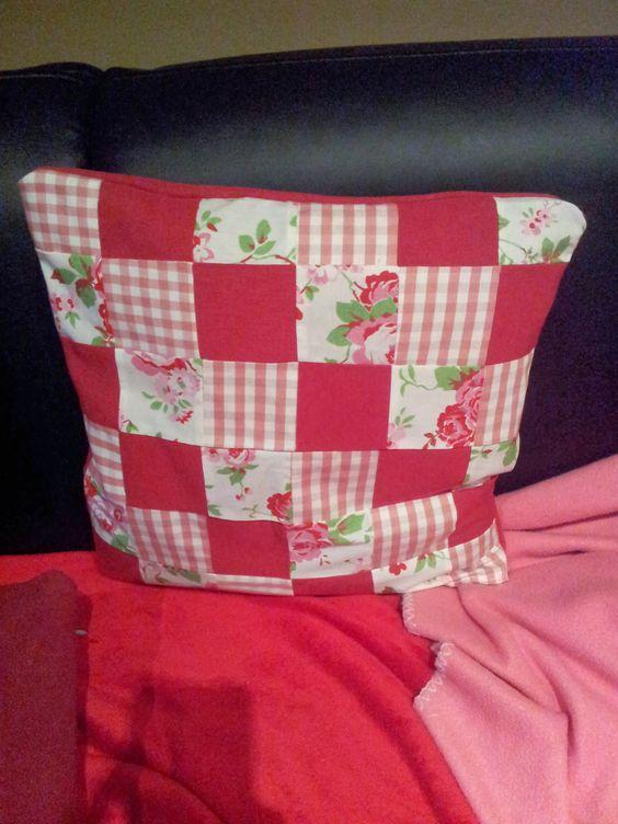 diese schöne Kissenhülle ist ab jetzt in meinem Wohnzimmer ....
