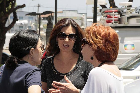 Familiares e amigos vão a velório da jornalista Sandra Moreyra