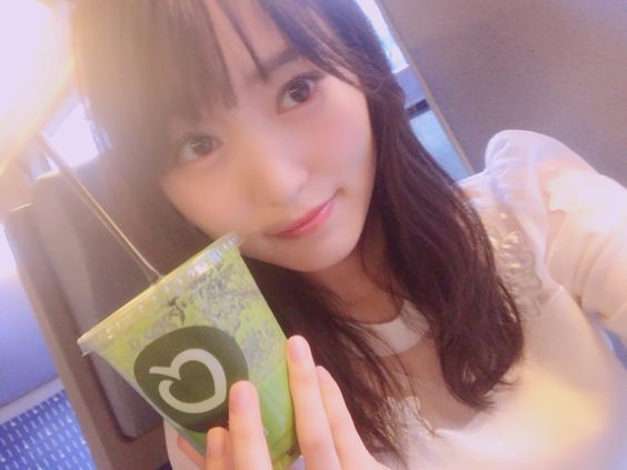 緑色の飲み物を持つ菅井友香