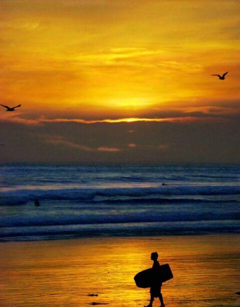 O lado onde o sol se põe é o Poente, ou Oeste. Se eu estiver voltado para o sol quando desaparece, sei que atrás de mim é o Nascente, ou Leste, e à minha direita o Norte.