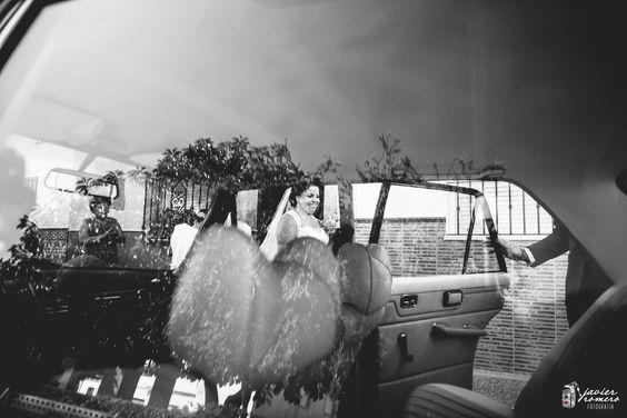 La salida de la novia de su casa ... es un momento muy especial, hay muchos nervios, muchos sentimientos queriendo aflorar. Os dejamos con este instante de la boda de Ángeles y Miguel Javier Romero Fotografía - www.javieromerodiaz.com #bodasjerez #fotografodebodas #bahialandia #reportajesbodas #weddingphotography #novias #bodascadiz #weddingplaner #bodasespaña #jerez