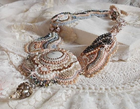 """Collier Haute-Couture brodé avec un Howlite blanc façon Angélique """"Marquise des Anges"""""""