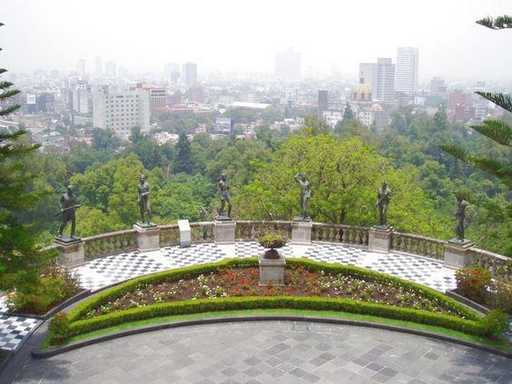 Vista de la Ciudad de México con las estatuas de los Niños Héroes