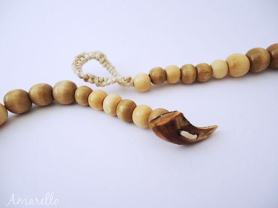 Los collares Amarello se distinguen por su cierre con un botón de semilla de Açacú, pulido uno a uno por su diseñadora.