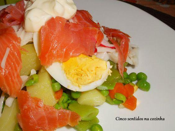 Salada russa com salmão fumado e lombinhos do mar - http://gostinhos.com/salada-russa-com-salmao-fumado-e-lombinhos-do-mar/