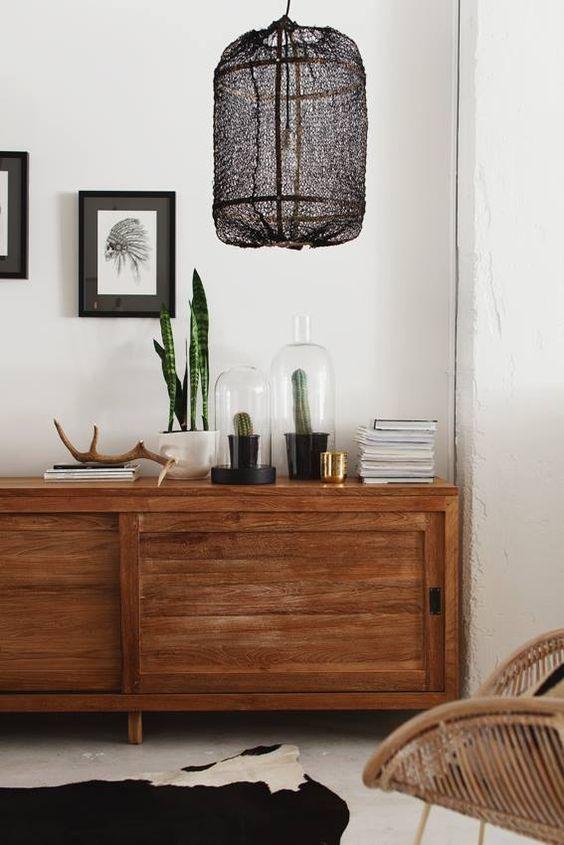 Lámpara de red en color negro y estructura de bambú.