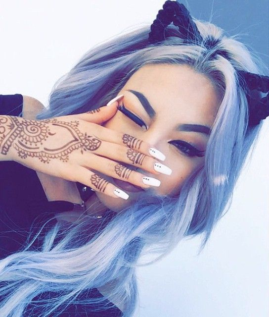 I love everything in this picture. Her henna, her makeup, her nails, her hair... WHAT BOARD DO I PIN THIS TO