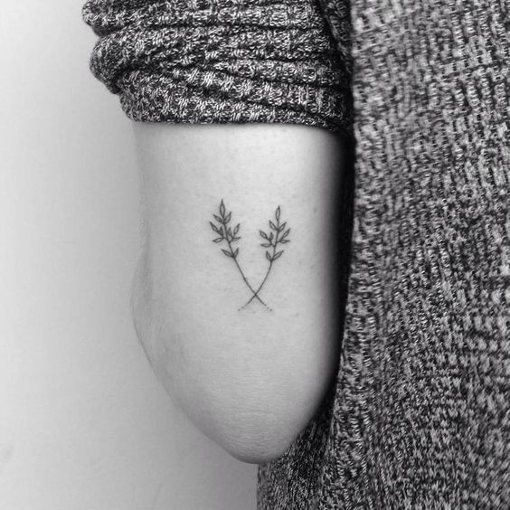 Hand poked dry flowers tattoo on the left triceps. Tattoo artist: Lara M. J.: