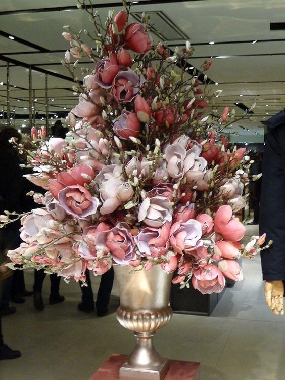 Bouquet de fleurs artificielles de magnolia, Galeries Lafayette, Paris 9e (75)