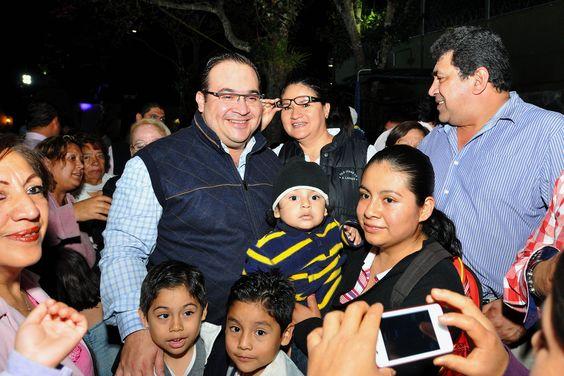 El Gobernador llamó a los veracruzanos a la unidad y a disfrutar de las fiestas decembrinas en familia, convivió con los asistentes, conversó con ellos y se dio oportunidad de posar para cientos de fotografías.