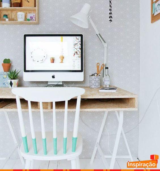 Paletes + cavalete são usados para criar mesa para home office sustentável. Curtiu a inspiração?