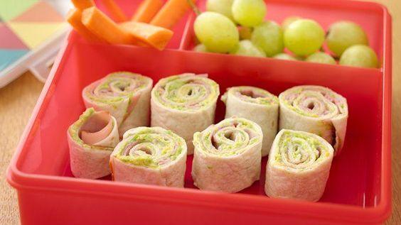 Les enfants sont de retour sur les bancs d'école et cela veut dire qu'il est venu le temps de leur préparer des repas qu'ils n'auront pas le goût d'échanger avec leur voisin. Aujourd'hui, nous vous présentons douze idées créatives de repas délicieux pour la boîte à lunch. Vos enfants en raffoleront. Sandwiches, salades, nachos et bien plus encore. Par où commencer!? 1. Sandwich avec bagel fourré au fromage à la crème – Voyez la recette ici. 2. Tomates campari fourrées à la salade de poulet –…
