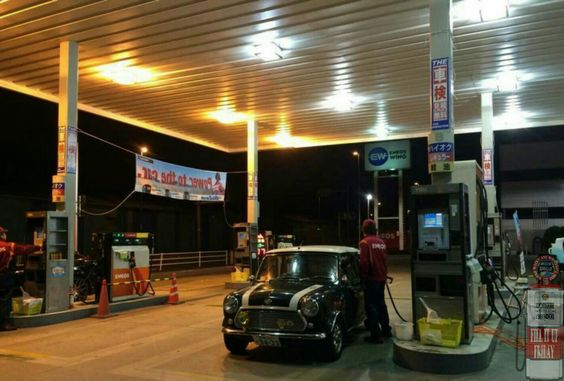 FILL UP FRIDAY MINI IN THE DARK time and it's a sweet lil Rover Cooper at the pumps tonight
