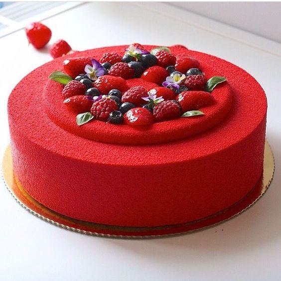 Work by @ngolubcova ------------------------------------------ #confeitaria #cakesdaily #sugar #celebration #confeiteiro #party #confeiteira #cake #instagood #dessert #docesfinos #instafood #topchef #bolo #bolos #bolosdecorados #pastry #chefstalk #desserts #docinhos #beautiful #morango #bolodemorango #strawberry #patissier #strawberrycake