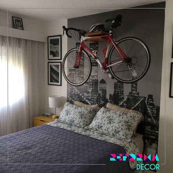 Quarto do ciclista que adora viajar com produção em quadros e livros dos lugares que passou e sua bike como decoração.