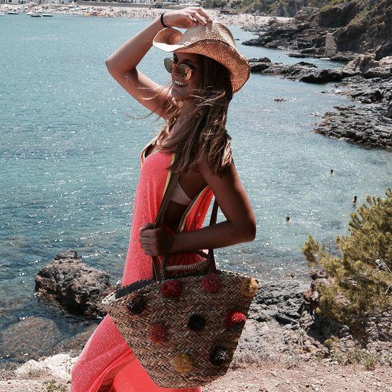 ¡Empezamos el día con una dosis de color en complementos! Photo by: @jessienpaque #summer #trendy #fashion #chic #tendencia #verano #playa #capazos