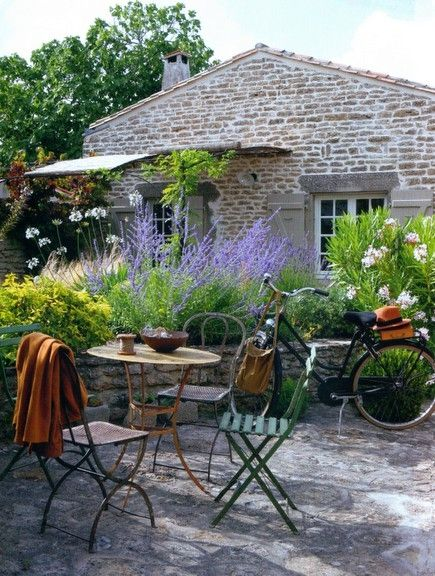 Romantic French Country Garden Courtyard Ideas #frenchcourtyard #provence