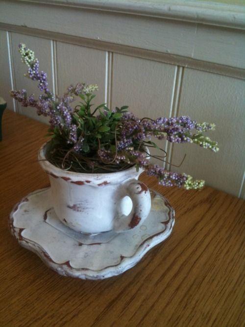 Me encanta porque es de muy del interior,...Tea cup planter