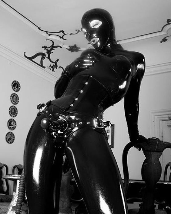 I had an awesome time shooting with Unterweltgirls last weekend. Can't wait to work with him again. #femdomme #latex #latexhood #latexmodel #latexfetish #strapon #totalenclosure #awesomelocations #latexdoll #Unterweltgirls #frejadottir