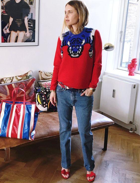 Pour ou contre le look bleu/blanc/rouge griffé ? (pull Gucci, sac Balenciaga -  photo Pernille Teisbaek)