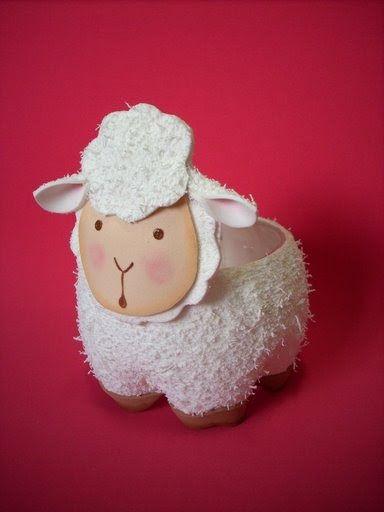 Olha só que lindo, essa ovelhinha, espero que vocês aprove. o fundo é feito de garrafa pet.  Moldes