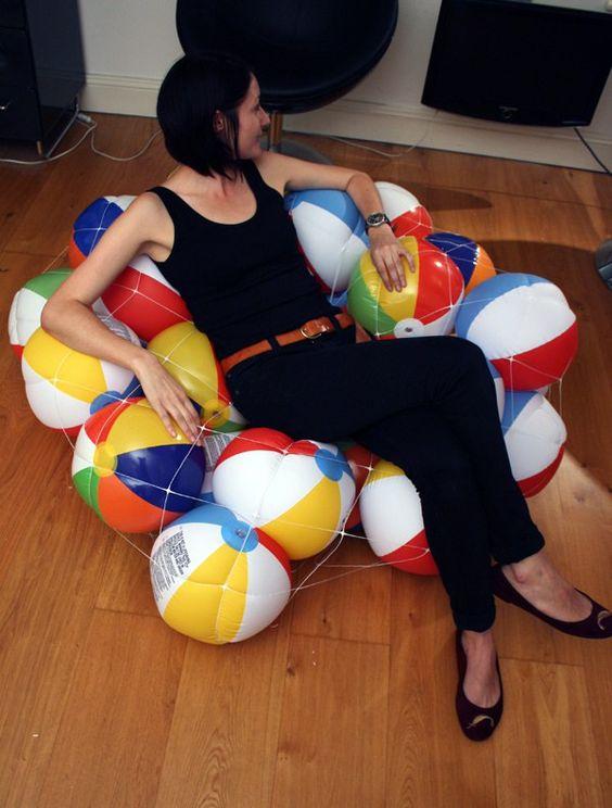 Ici la ballons ne sont pas utilisé pour faire du sport, l'idée est au contraire du sport qu'il représente de ne rien faire et de se reposer sur les ballons. Dominic Wilcox à pensée pour…