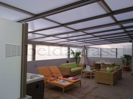 Terraza cubierta con techo movil de policarbonato techos for Cerramientos patios interiores