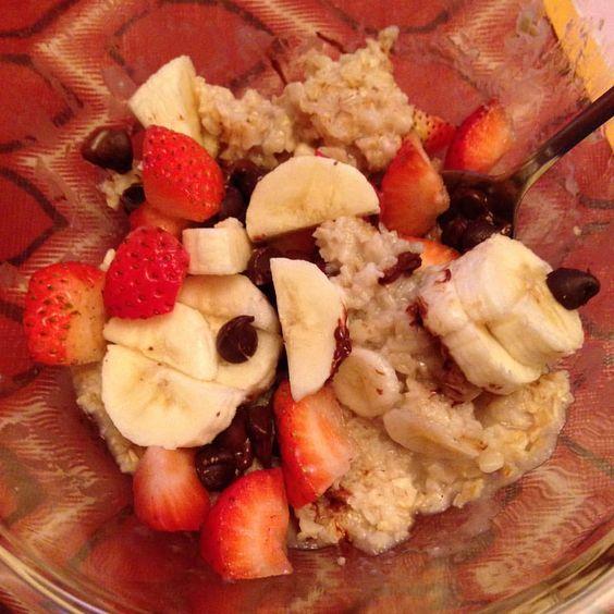 Banana split oatmeal? Yes please! #likewhatyoueat #chocolateeveryday #nobannedfoods #itsjustfood #eatsmart