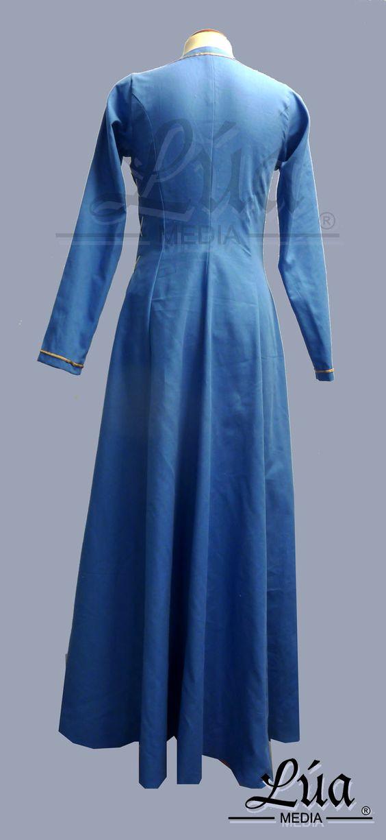Saya medieval femenina, confeccionada en algodón color azul. Pasamanería en escote y puños. Cierra en el costado con un cordón de lino - Lúa Media Indumentaria Histórica.