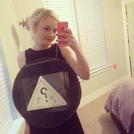 """""""Eu sou uma bola mágica 8 no Dia das Bruxas, venha para Eddies Attic hoje à noite e faça-me perguntar perguntas."""" - Emily (Halloween 2014)"""