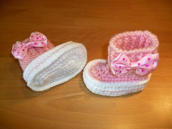 Du hast ein Baby, oder möchtest eine deiner Freundinnen mit einem Geschenk überraschen? Dann häkel jetzt diese entzückenden Babyschuhe. Toll auch as Mitbringsel zur Geburt, Taufe oder als Puppenbekleidung. Größe:  9,5 cm, für Babys von 0 - 3 Monate