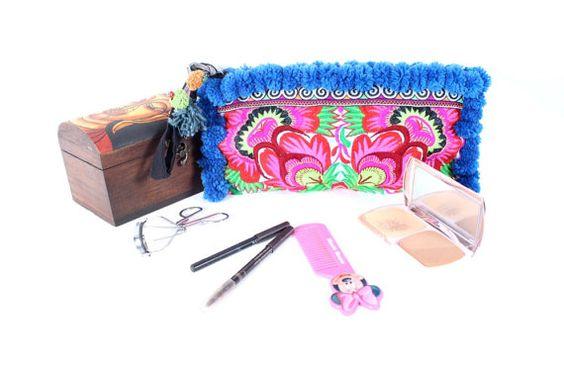 Pom Pom Wristlet Clutch Hill Tribe Embroiderd por ThaiHandbags