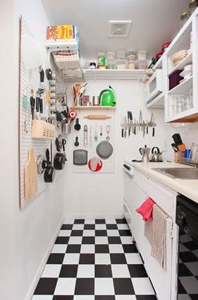 Kleine Küche mit Pegboard Speicher
