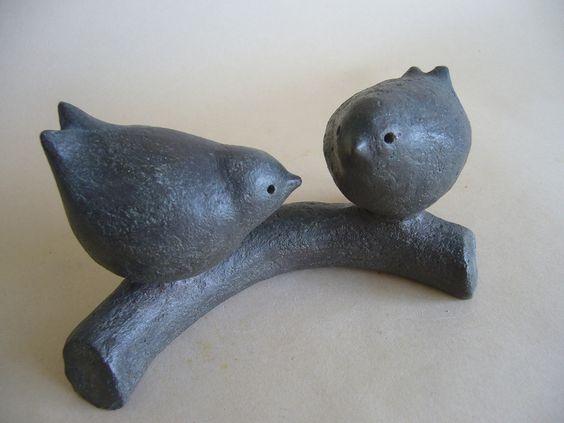Couple d'oiseaux sur une branche, sculpture décorative en terre cuite brune patinée : Accessoires de maison par toucher-terre