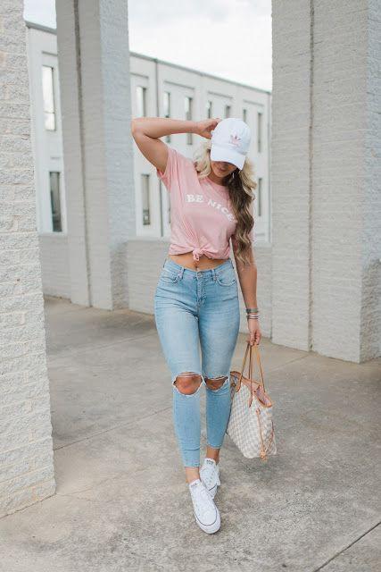 Calça jeans destroyed, tshirt rosa com nó na cintura, boné branco e converse all star branco.