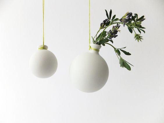 Porzellan-Kugelväschen - glatt und matt - 2 Stk. von Ulrike Sandner  auf DaWanda.com