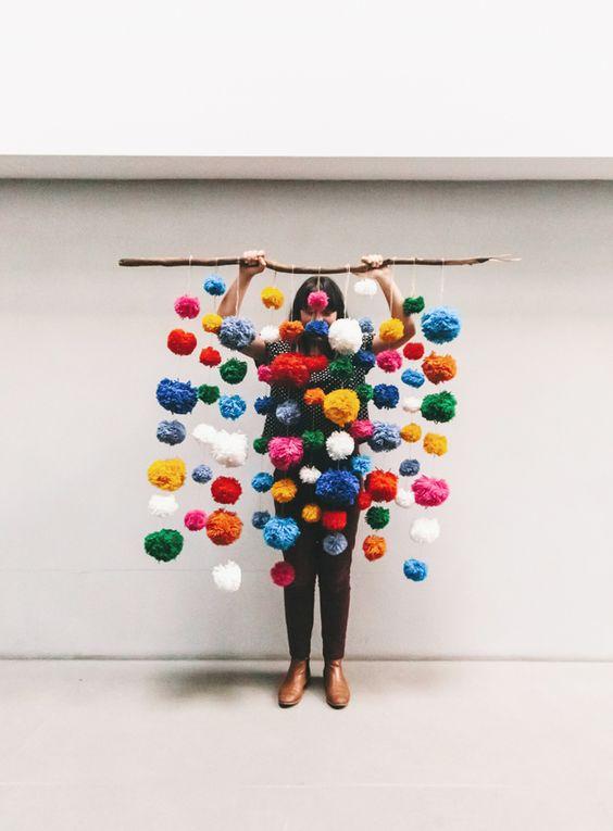 Pom Pom Garland - Fun idea for the kid's bedroom.
