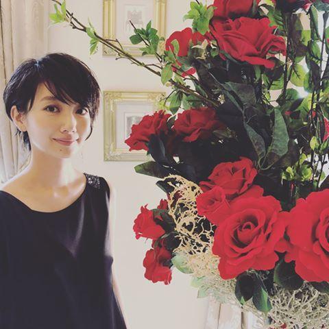 赤いバラと波留