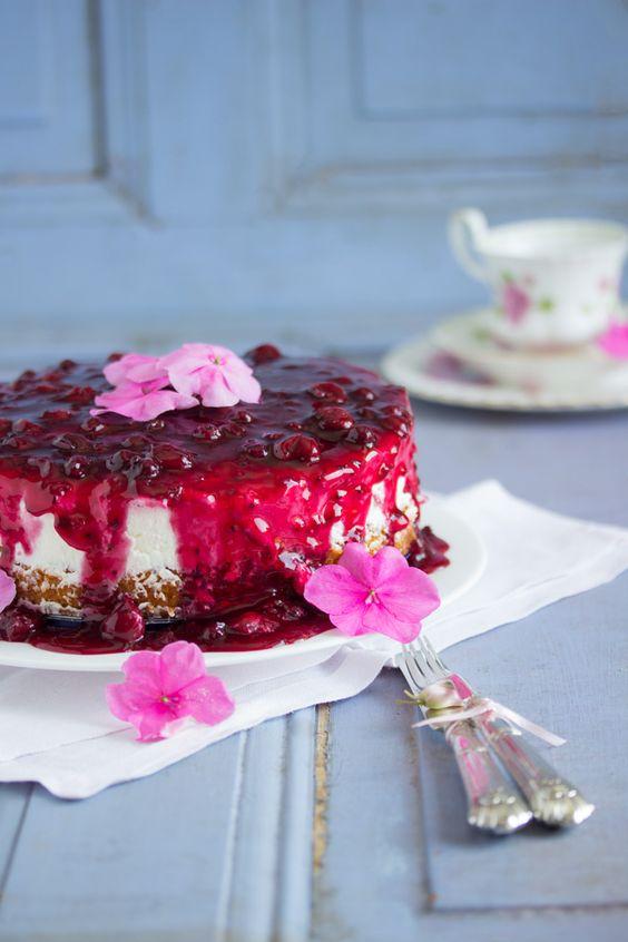 Eiskalt aus dem Kühlschrank genießt man diesen köstlich erfrischenden rote Grütze Kuchen. Bei dem wunderbaren Sommerwetter ein Knaller Törtchen für eine kleine Garten Soiree. Perfekt wenn die Mitta...