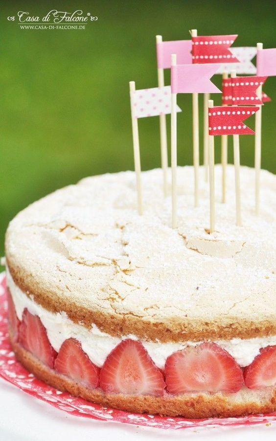 Bevor es mit herbstlichen Dingen weitergeht, reiche ich schnell das Tortenrezept zum erdbeerigen Sweet Table nach ;) Erdbeer-Mascarpone-Torte – für 21 cm Springform Biscuit: 3 Eier 1 Glas Puderzucker