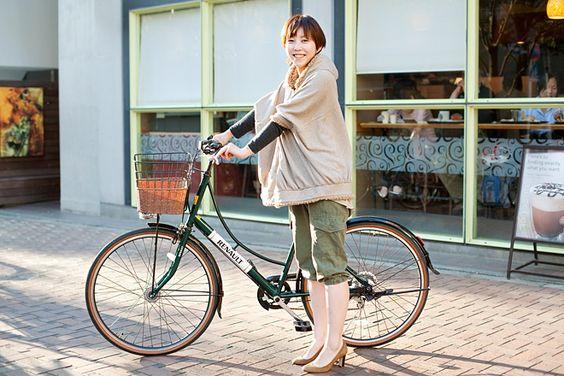 岩本しょうこさん(30歳・会社員)  ヨーロピアンらしいモスグリーンのカワイイ自転車はルノー。「ちょっとした移動は全て自転車ですね。休日には駒沢公園にサイクリングも行きますよ」。男性と一緒にサイクリングをするならMTBに乗って欲しいとか。