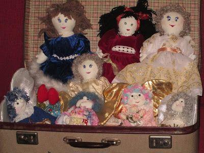 Raccontare un paese: bambole, foto e fasce per neonato