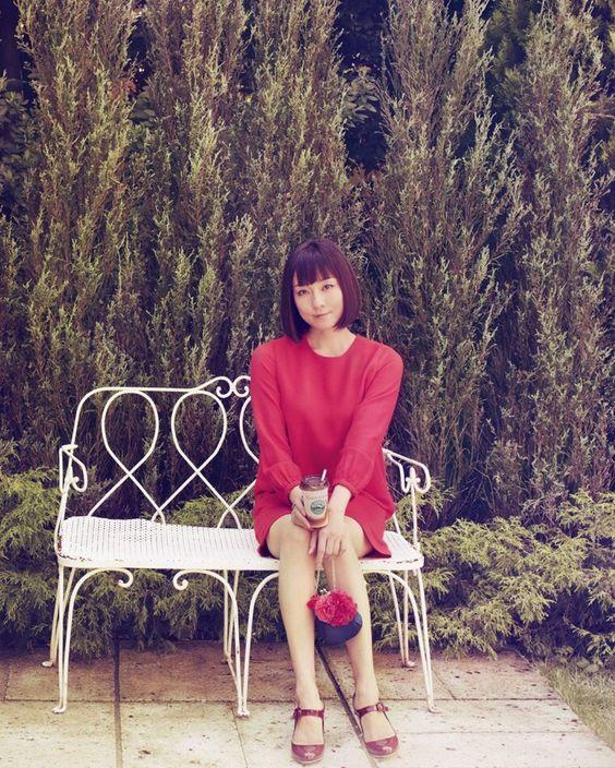 赤い服に赤いヒールのセクシーな伊藤歩