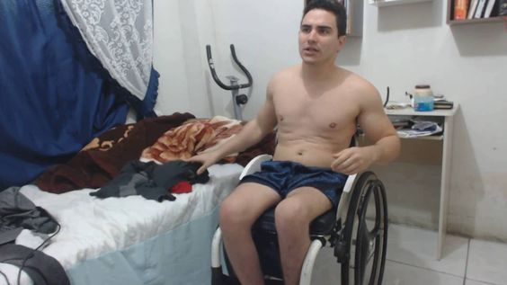 Cadeirantes - Como um cadeirante coloca roupa na cadeira de rodas