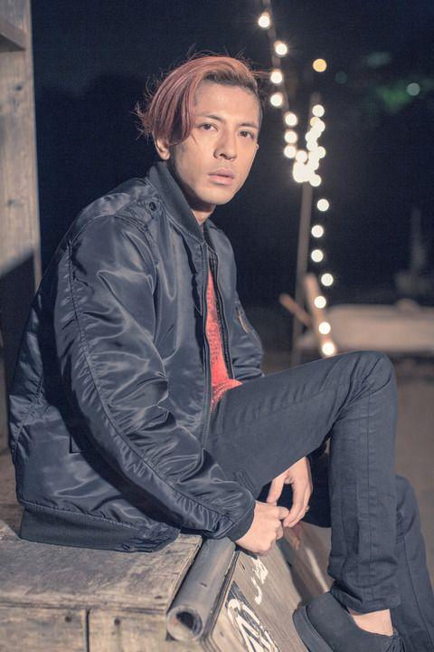 黒いパンツにジャンバーを着て座っている【Dragon Ash】降谷建志の画像