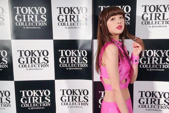 おへそが出ているピンクの衣装を着た東京ガールズコレクションでの熊江琉唯の画像