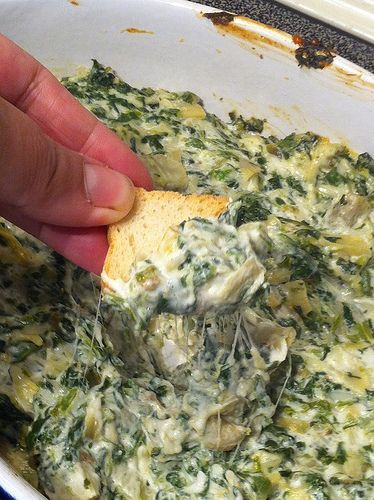 #Walmart Mom Jenn gets your ready to tailgate with tips and a Spinach Artichoke Dip recipe.