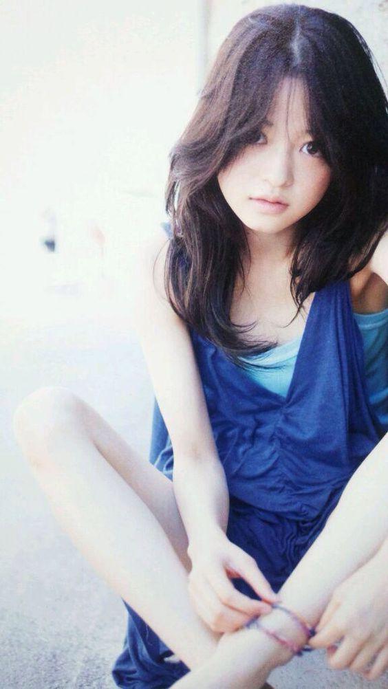 ブルーのワンピースを着て座っているゆるふわスタイルの小林涼子の画像